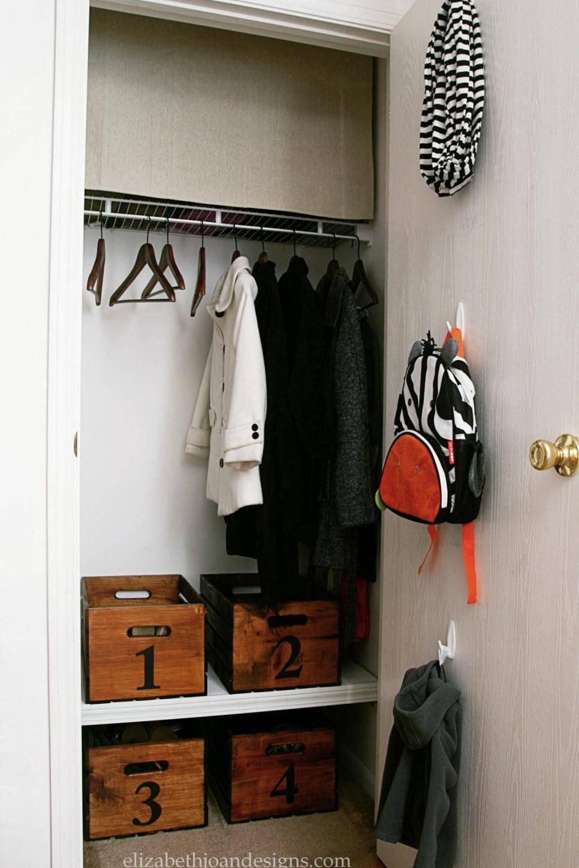 closet pequeno e barato com caixa organizadora de madeira
