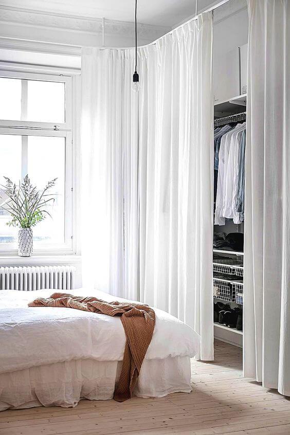 Closet pequeno e barato com cortina