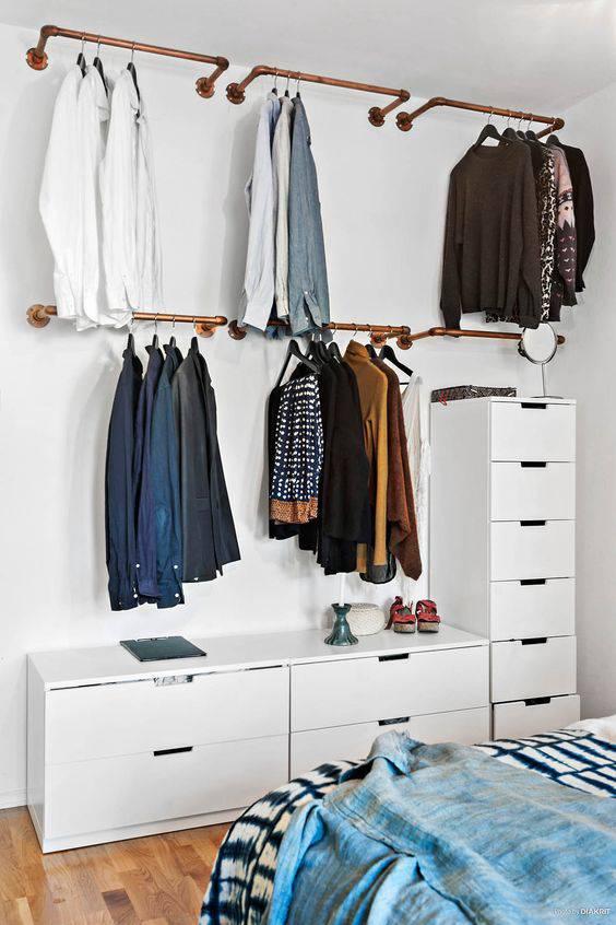 closet pequeno e barato de canos na parede