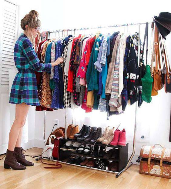 closet pequeno e barato organizado de arara