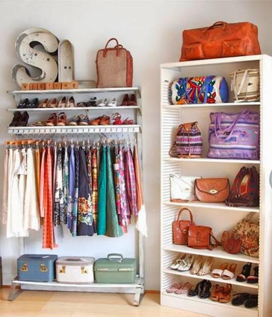 closet pequeno e barato prateleira e araras