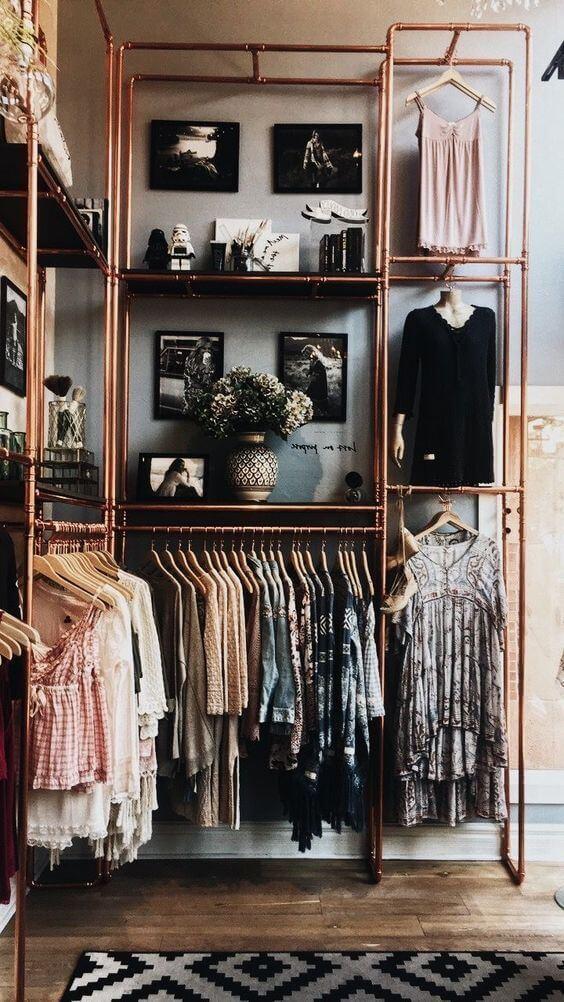 Closet pequeno feito com móveis de ferro