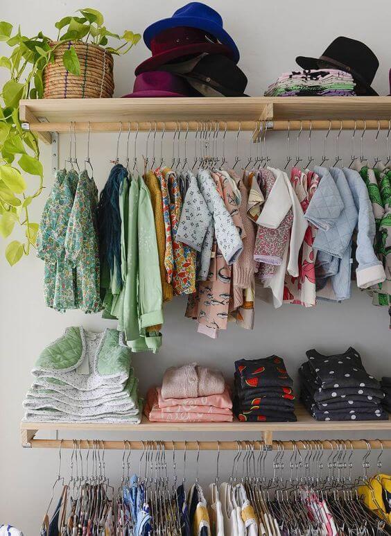 Closet pequeno infantil organizado
