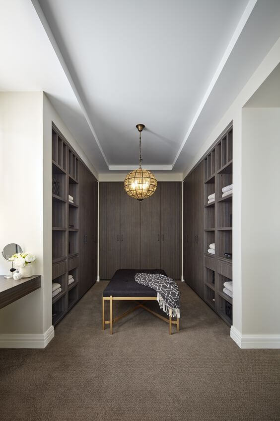 Closet pequeno com luminaria redonda