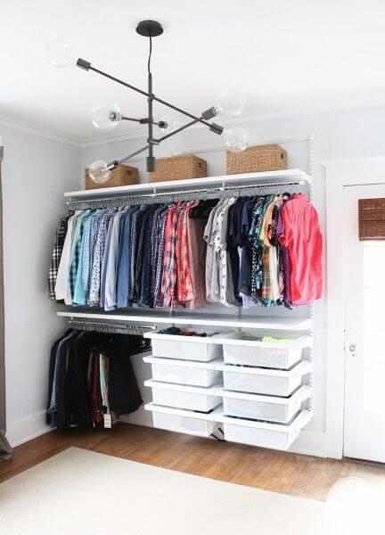 Closet pequeno modulado com caixas organizadoras