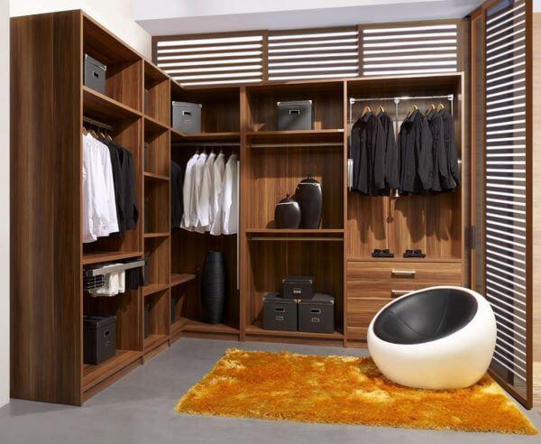 Closet pequeno modulado de madeira