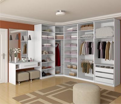 Closet pequeno com puff confortável