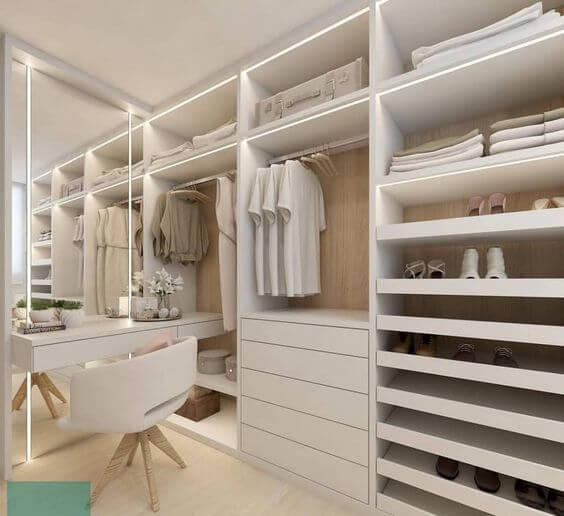 Closet pequeno com penteadeira