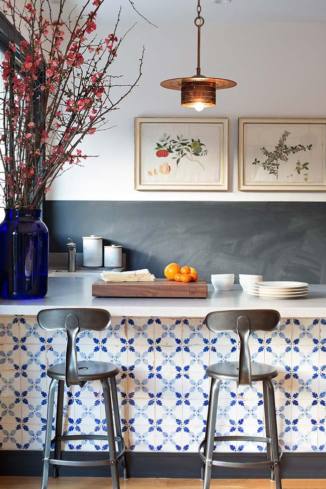 Bancada decorada com azulejo português