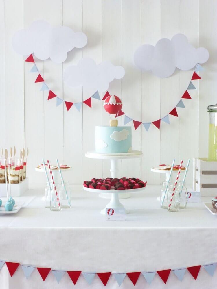 decoração clean para chá de fralda em tom de azul e vermelho Foto Mami e Mais