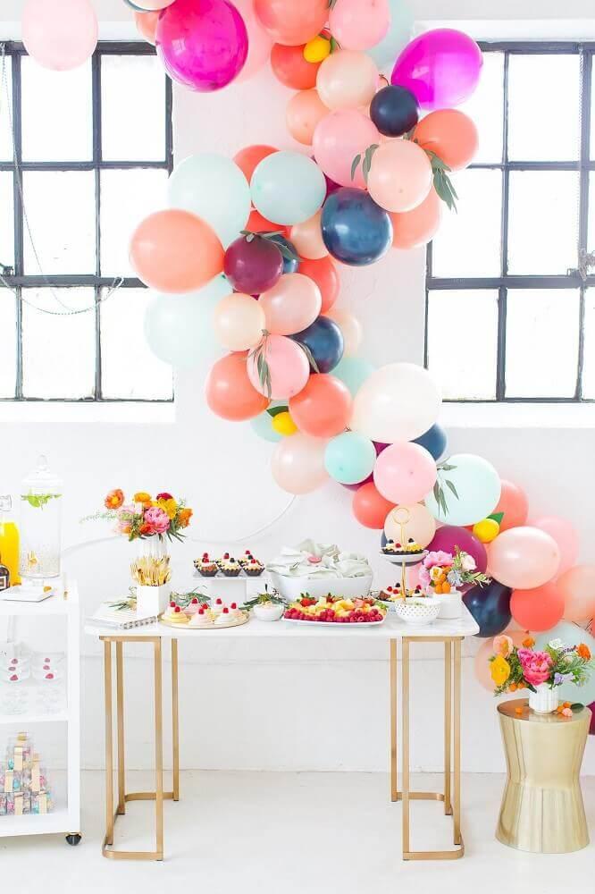 decoração de chá de bebê com balões coloridos e arranjos de flores Foto Sugar & Cloth