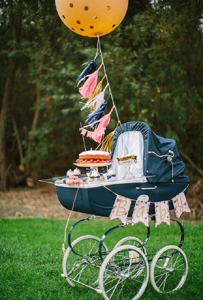 decoração de chá de fralda com bolo dentro do carrinho de bebê Foto Baby Shower Ideas