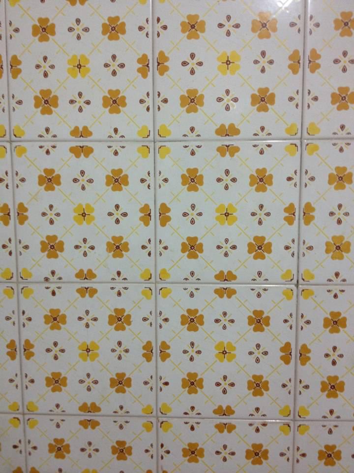 decoração dos anos 90 - azulejo com flores