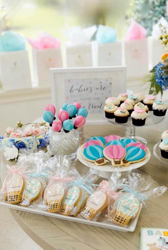 decoração mesa chá de bebê com docinhos em formatos de balão Foto Pinterest