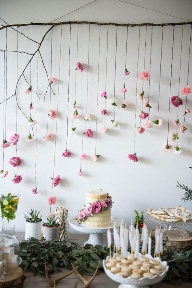 decoração mesa de chá de bebê menina com varal de rosas Foto Pinterest