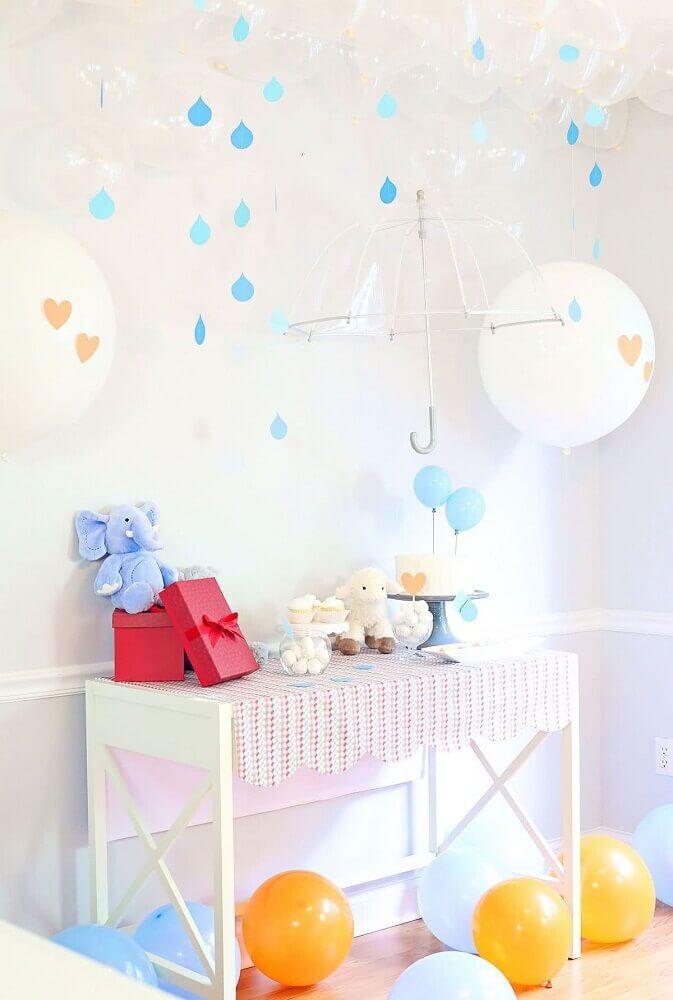 decoração para chá de bebê com guarda chuva e balões transparentes Foto The Celebration Shoppe