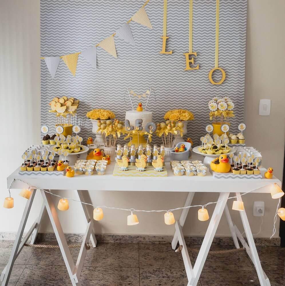 decoração para chá de bebê com patinhos na mesa em tons de amarelo e cinza Foto Knanda Artes