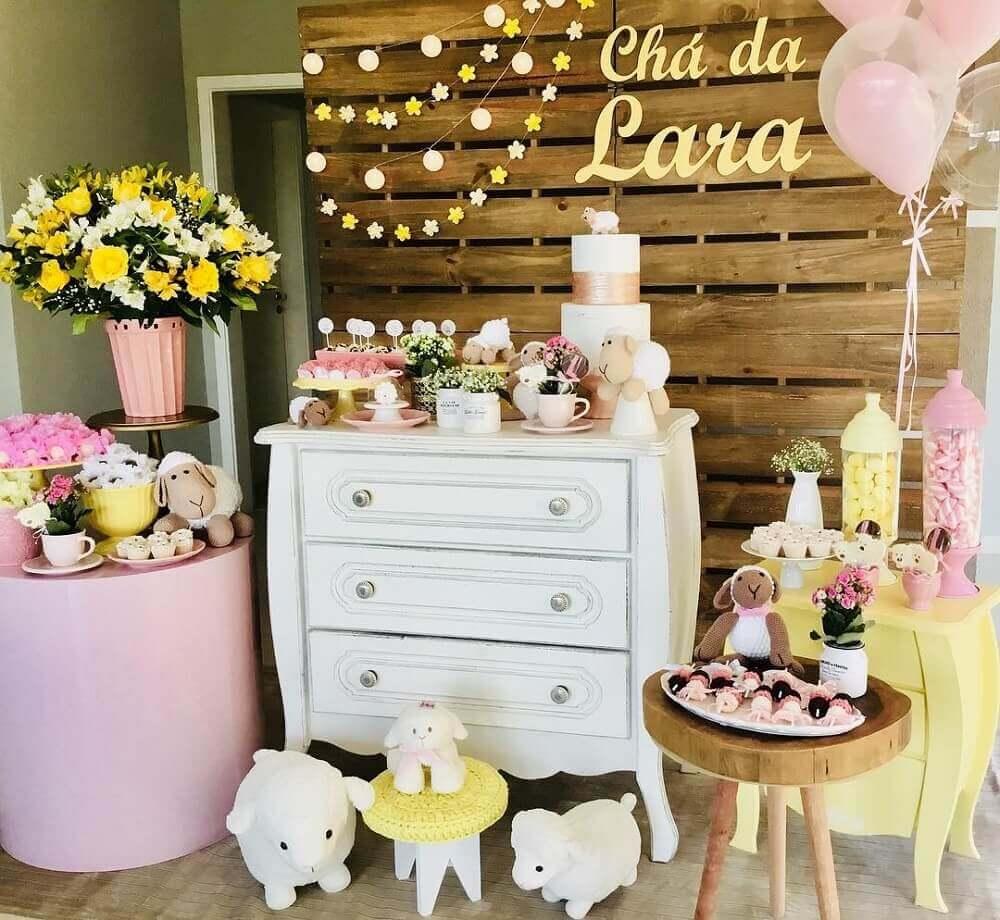 decoração para chá de bebê em tons de amarelo e rosa com painel de pallets Foto Dimow Decorações