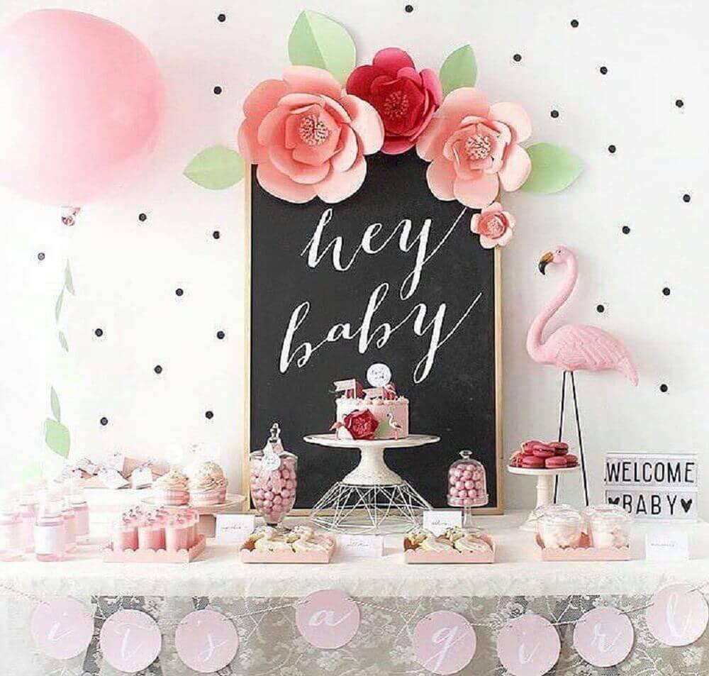 decoração para mesa de chá de bebê com tema flamingo Foto Cléybaby