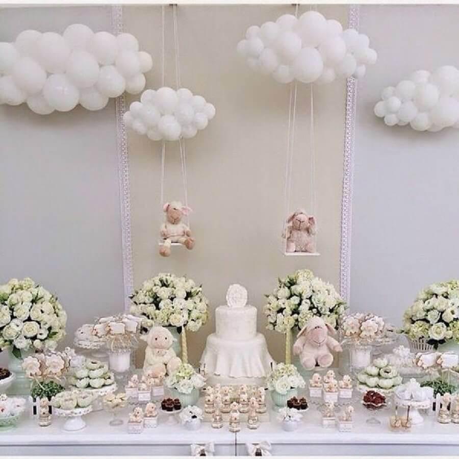 decoração para mesa de chá de fralda com ovelhas e balões em formato de nuvem Foto Pinterest