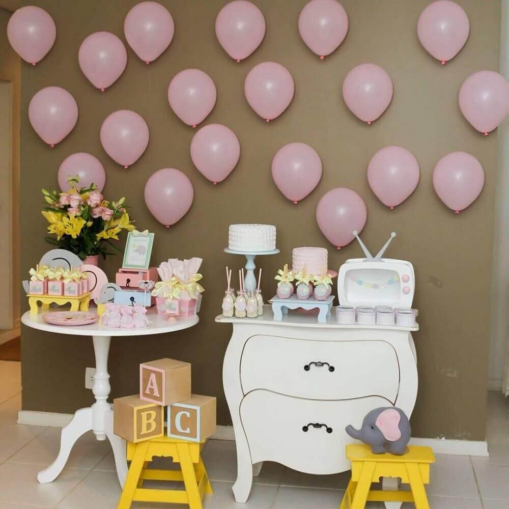 decoração simples para chá de bebê com painel de balões cor de rosa Foto Neusa Bonugli