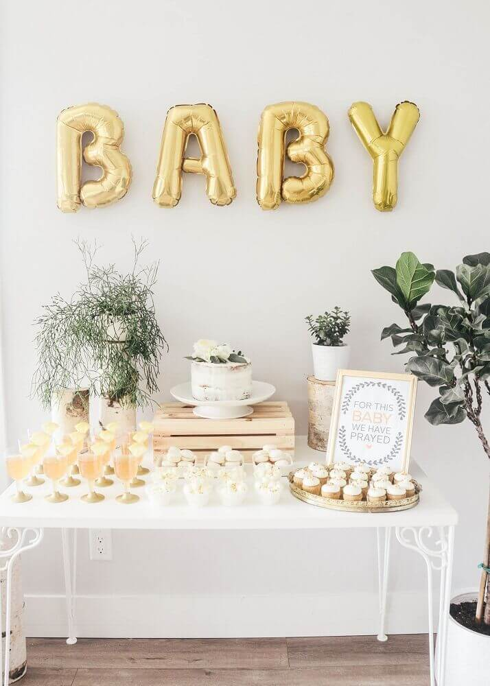 decoração simples para chá de bebê com plantas e balões em formato de letras Foto Pinterest