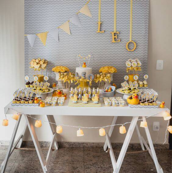 Decoração de chá de bebê com mesa de cavaletes e tema de patinhos