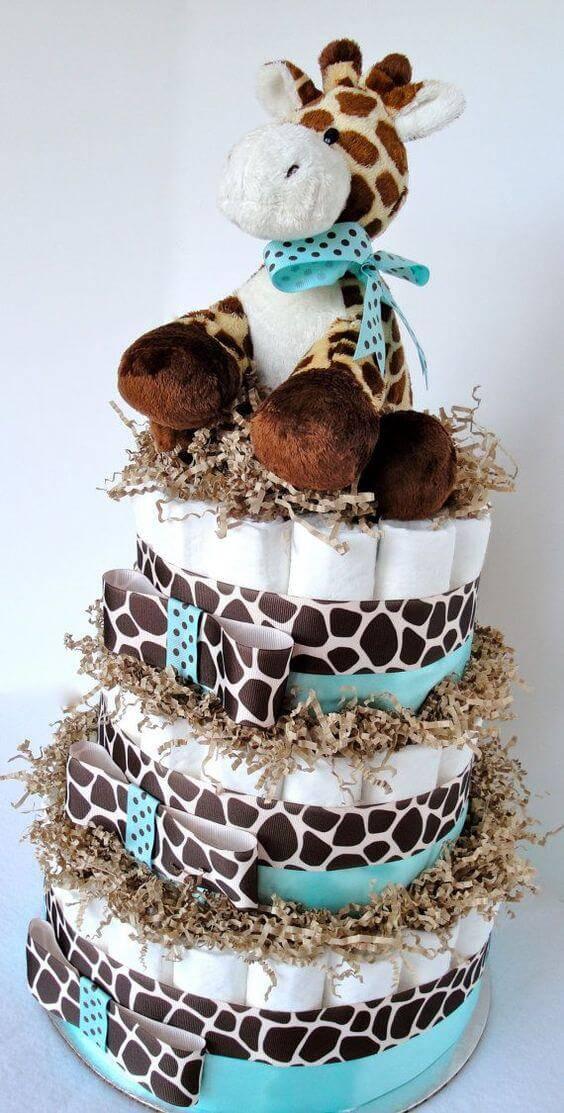Decoração de chá de bebê com bolo de fraldas e tema de girafa