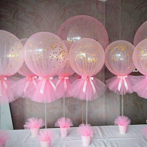 Decoração de chá de bebê com centro de mesa com balões