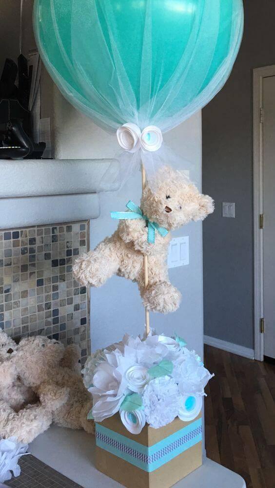 Decoração de chá de bebê com centro centro de mesa de ursinho azul