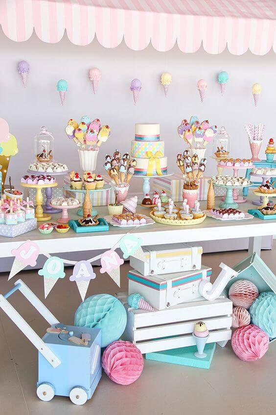 Decoração de chá de bebê com mesa em cores pasteis