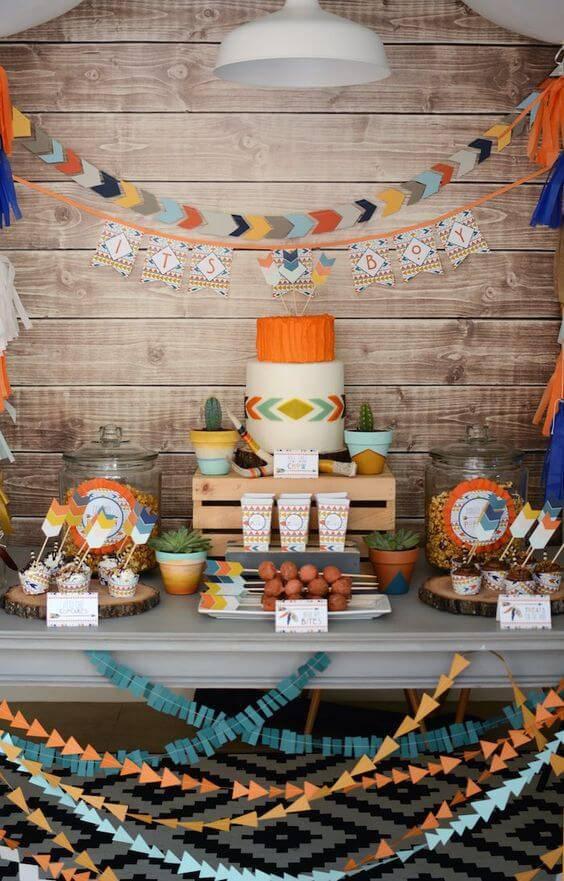 Decoração de chá de bebê com mesa colorida