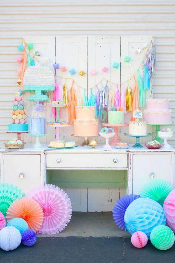 Decoração de chá de bebê com mesa de lembrancinhas colorida