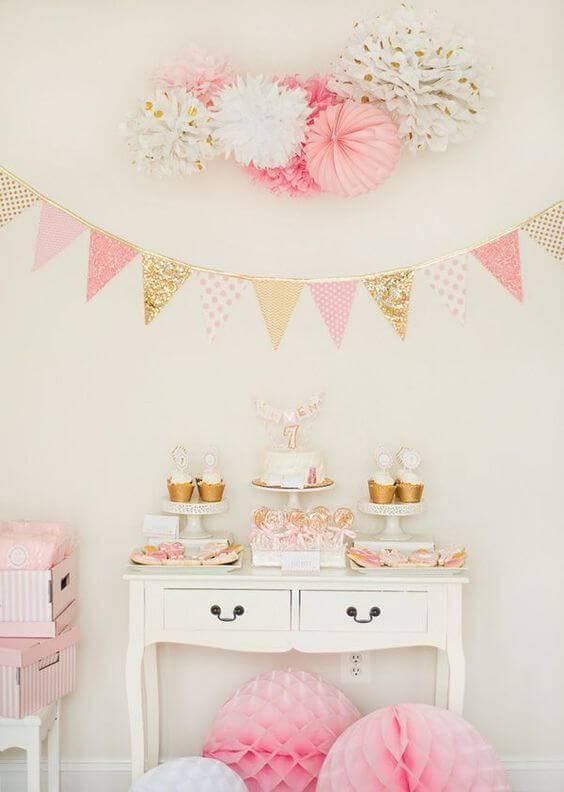 Decoração de chá de bebê com mesa de doces com bandeiras