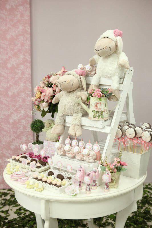 Decoração de chá de bebê com mesa de doces com ovelhas de pelúcia