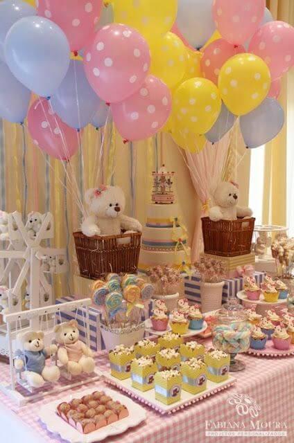 Decoração de chá de bebê com mesa de doces com ursinhos de pelúcia