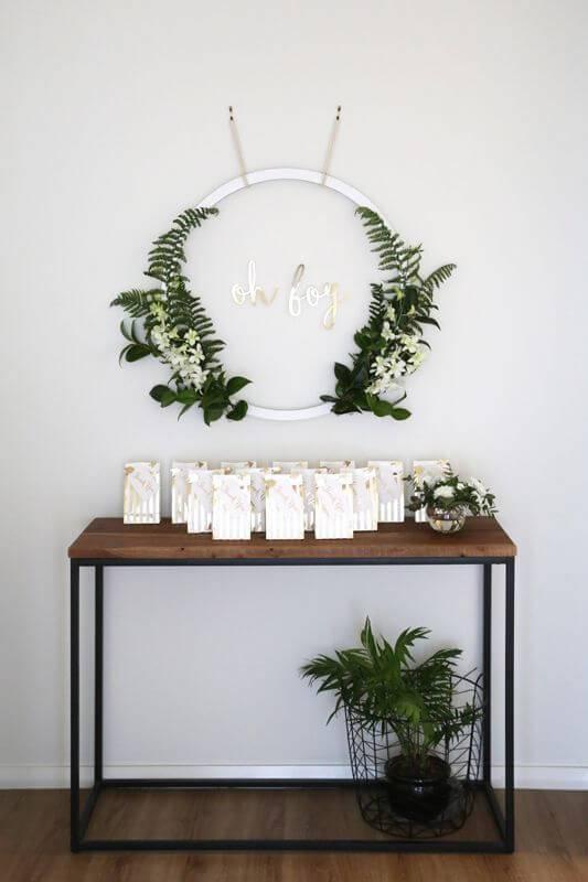 Decoração de chá de bebê com mesa de lembrancinhas minimalista