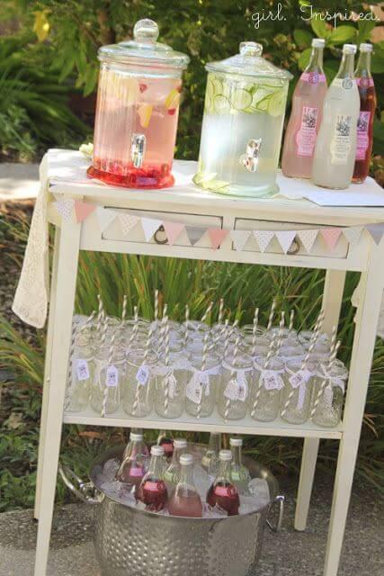 Decoração de chá de bebê com mesa de sucos