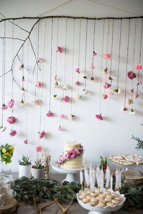 Decoração de chá de bebê com mesa delicada de flores