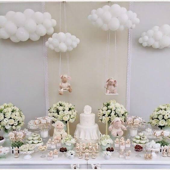 Decoração de chá de bebê neutra com predomínio do branco