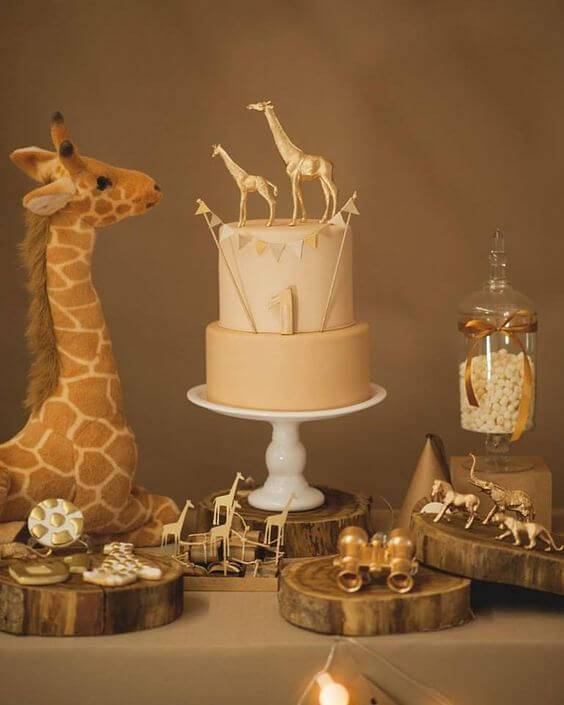 Decoração de chá de bebê com mesa neutra com tema de animais