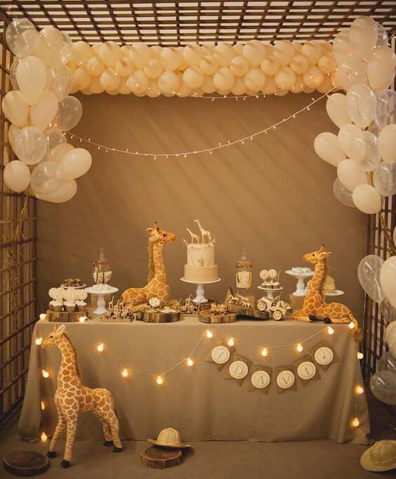Decoração de chá de bebê com mesa de doces neutra com bichos
