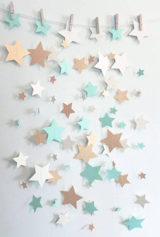 Decoração de chá de bebê com varal de estrelas