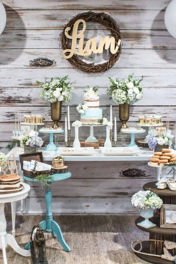 Decoração de chá de bebê com velas e flores