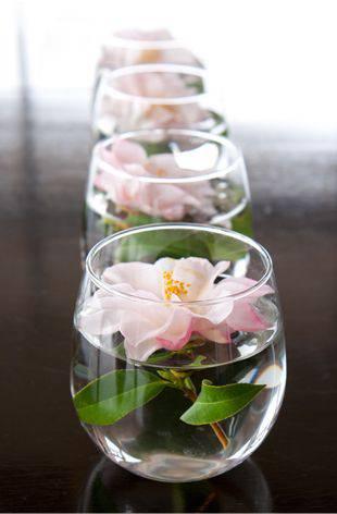 decoracao de festa centro de mesa com flor flutuante