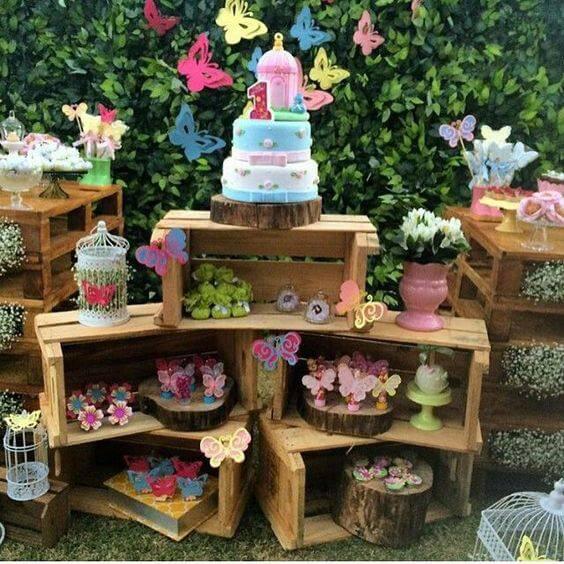 decoracao de festa com caixotes e borboletas