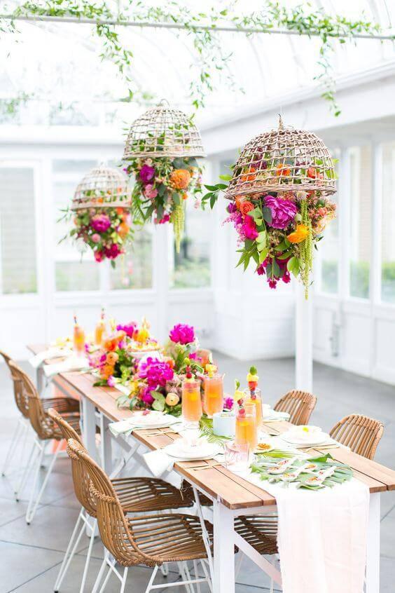 decoracao de festa mesa de almoço com cestas suspensas