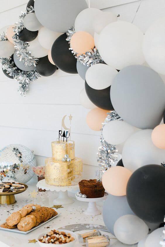 decoracao de festa mesa de bolo com bexigas