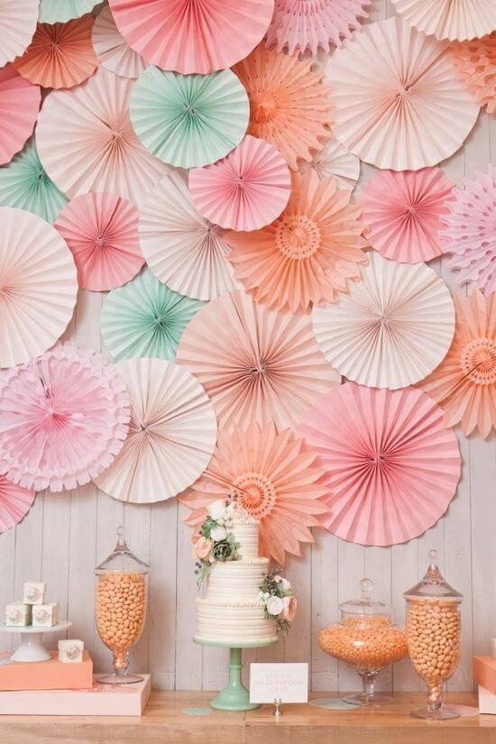 decoracao de festa mesa de bolo com dobraduras de papel