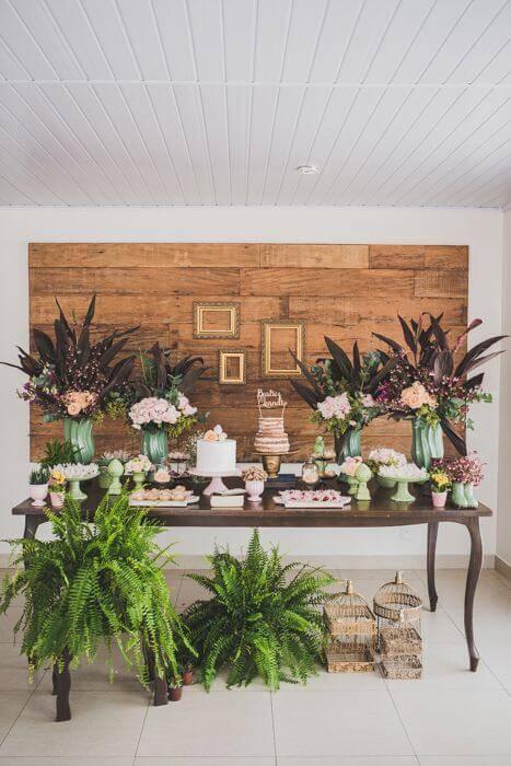 decoracao de festa mesa do bolo com gaiolas e folhas